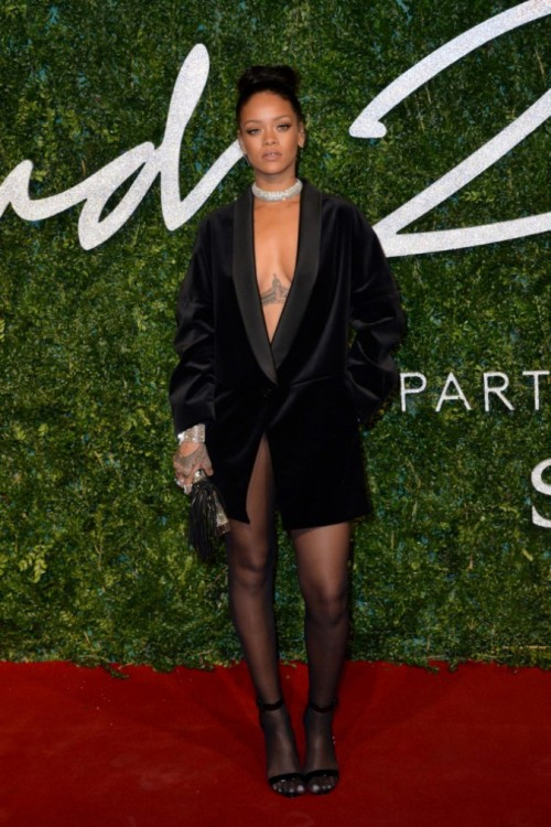 Photos-British-Fashion-Awards-2014-Rihanna-a-un-bouton-du-topless-la-barbadienne-s-attire-tous-les-regards-!_portrait_w674